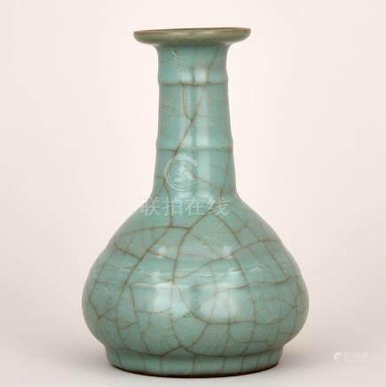 A Celadon Crackled Glaze Vase, Qing Dynasty