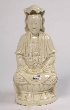 """""""Guanyin à la perle assise sur une fleur de lotus"""" en blanc de Chine. Travail chinois. Epoqu"""