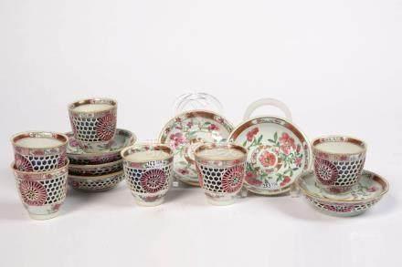 """Suite de six pochons et leurs coupelles en porcelaine polychrome de Chine """"Réticulée"""" décoré"""