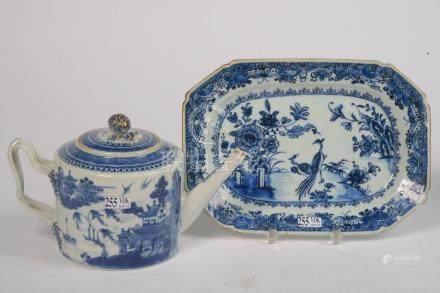 """Théière et son petit plat en porcelaine bleue et blanche de Chine décorés d'un """"Paysage"""" et"""