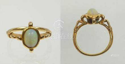 Bague en or jaune 18 carats sertie d'une opale taille cabochon de +/-1 -1.5 carats.  Doigt (