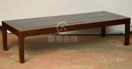 Grande table de salon rectangulaire en orme avec sa laque d'origine. Travail chinois, dynast
