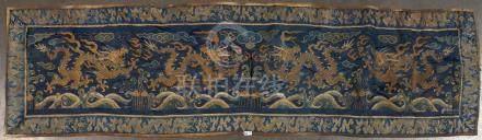 """Chemin de table en soie brodée au décor de """"Dragons"""" doré sur fond bleu. Travail chinois. Ep"""