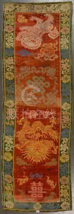 """Textile en velours et soie réservé à un haut dignitaire (?) décoré d'un """"Chien de Fo"""" et d'u"""