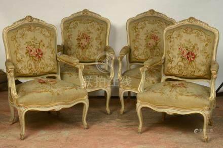 """Suite de quatre fauteuils """"à la reine"""" de style Louis XV en bois rechampi et doré garnis de"""