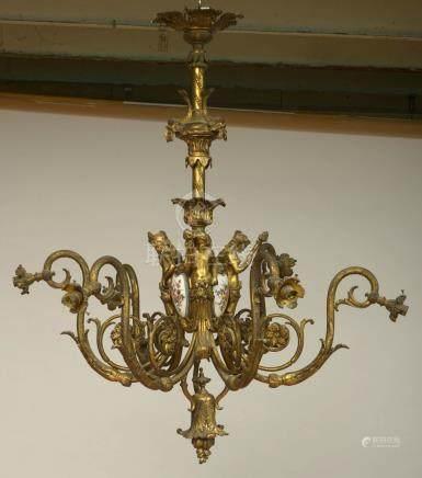 """Grand lustre en bronze doré à six bras de lumière muni de bobèches en verre mat, orné de """"Ca"""
