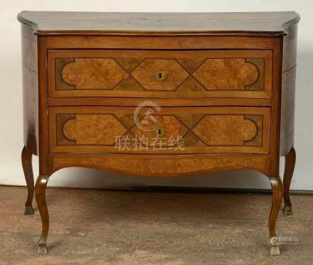 Petite commode de style Louis XV en bois de placage et marqueterie géométrique ouvrant par d
