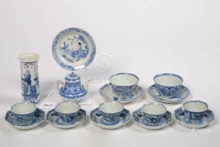 """Ensemble en porcelaine bleue et blanche de Chine au décor floral et de """"Paysages animés"""" com"""