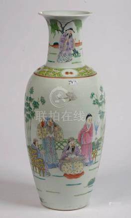 """Grand vase en porcelaine polychrome de Chine décoré de """"Femmes et enfants recevant des Immor"""