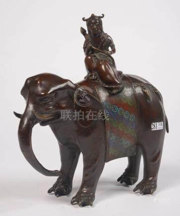 """""""Divinité sur un éléphant"""" en bronze cloisonné. Travail chinois. H.:+/-30cm."""