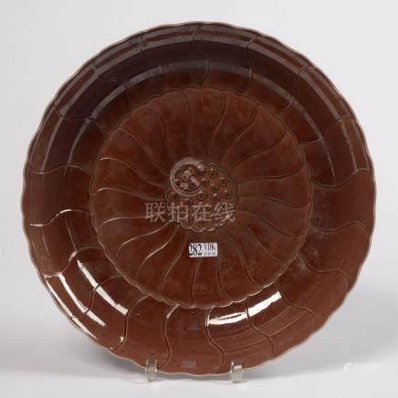"""Plat rond en porcelaine brune de Chine à """"Côtes torses"""" formant une """"Fleurs"""". Travail chinoi"""