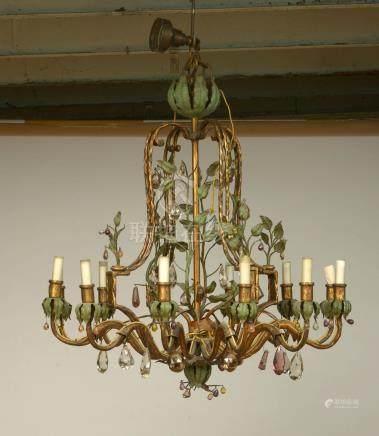 Lustre en fer forgé peint à froid et doré au décor végétal et orné de pendeloques en cristal