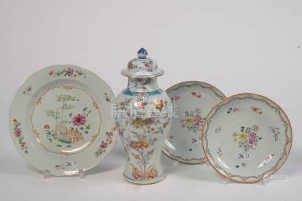 Ensemble en porcelaine polychrome de Chine au décor floral comprenant un vase potiche auquel