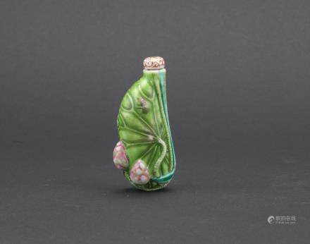 A famille rose 'lotus leaf' snuff bottle