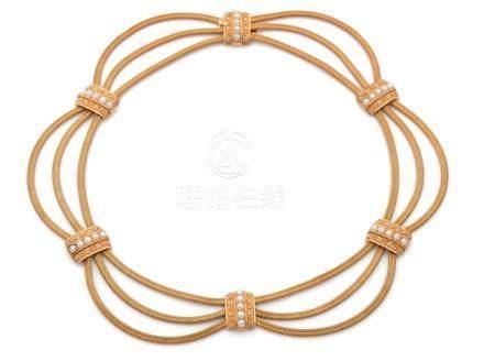 Demi-parure en or jaune (750) comprenant un bracelet et un collier draperie, à trois et quat