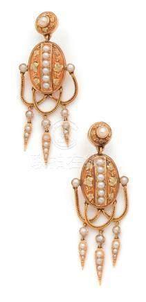 Demi-parure en or jaune (750) comprenant une paire de pendants d'oreille et une broche, form