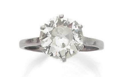 Bague solitaire en or gris (750) et platine (850) ornée d'un diamant taille ancienne en sert