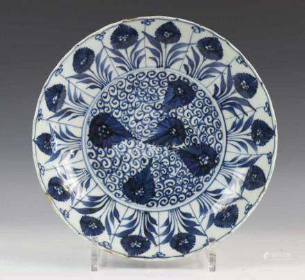 China, blauw-wit porseleinen diep bord, Kangxi, met decor van asters in vakwerk. Gemerkt met