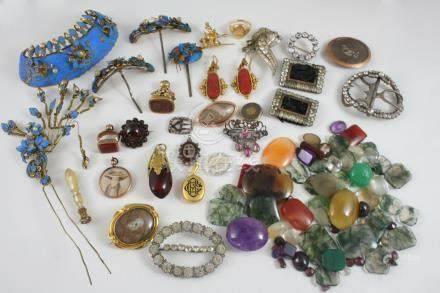 A QUANTITY OF JEWELLERY including hair ornaments made from kingfisher feathers, assorted loose