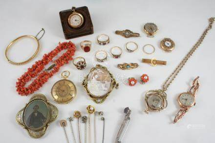 A QUANTITY OF JEWELLERY IN A GREEN LEATHER BOX including a shell cameo brooch, depicting a classical