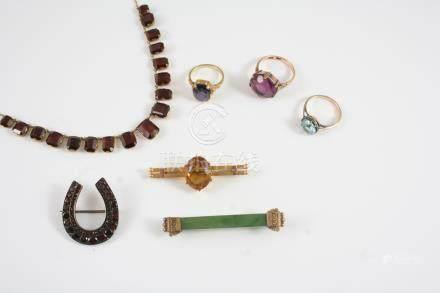 A QUANTITY OF JEWELLERY including a citrine and gold brooch, a garnet and gilt metal horseshoe