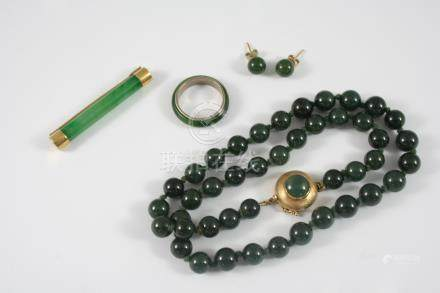A SINGLE ROW UNIFORM JADE BEAD NECKLACE the jade beads measure approximately 8.4mm. and are set to a