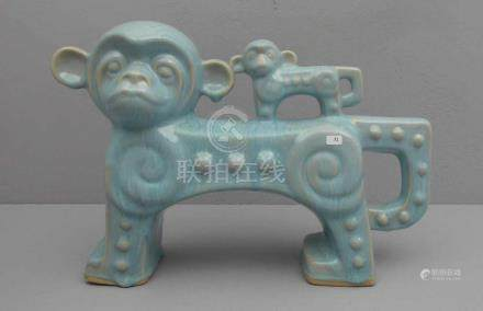 FIGURENGRUPPE. \Affen\, Keramik, jadegrüne Glasur, gemarkt mit ungedeuteter quadratischer