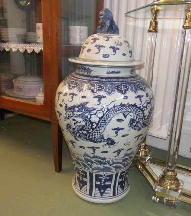 PAAR GROSSE CHINESISCHE DECKEL - VASEN, Porzellan (ungemarkt). Balusterform mit hoch aufgewölbtem