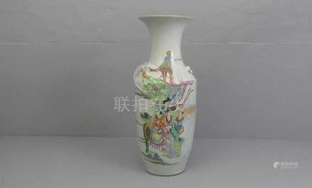 VASE, Porzellan, China (ungemarkt). Rundstand, leicht gebauchte Wandung mit eingezogener Schulter,