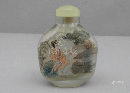 SNUFF BOTTLE, Glas mit Zwischenglasmalerei: \Lesende\ und \Lesende Frauen\, dargestellt in weitem