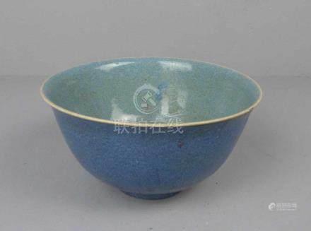 SCHALE / bowl, Porzellan, China, ungemarkt. Konische Form mit ausgestelltem Rand auf Rundstand.