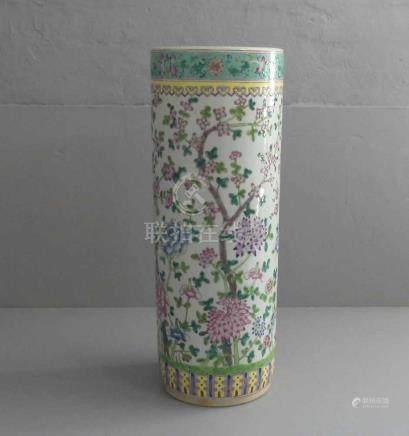 VASE / SCHIRMSTÄNDER, Porzellan, China, ungemarkt. Zylindrische Form mit teils geritzten Konturen