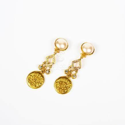 2  CHANEL Collection Prêt-à-porter Printemps Ete 1990 Paire de pendants  d oreilles en métal dor b282b7a2e9d