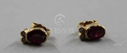 Paire de clous d'oreilles en or jaune serties de pierres roses, pds brut : 2,6 g.