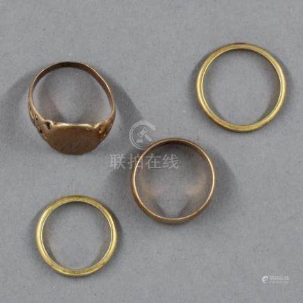 Lot en or jaune 18k : un anneau, deux alliances et une chevalière, pds : 4,6-2,6-2,9-5,1 g.