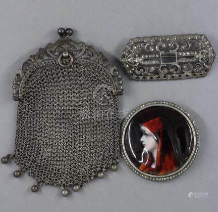 Lot de bijoux en argent : - Broche ronde à plaque émaillée d'un profil de femme, monture arg