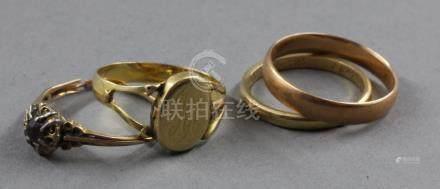 Lot de quatre bagues en or 18k : Deux alliances (pds : 2,4-2,7), une chevalière chiffrée (pd