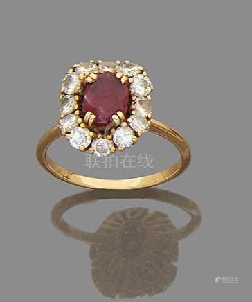 Bague en or jaune 750 millièmes, ornée d'un rubis ovale dans un entourage de douze diamants