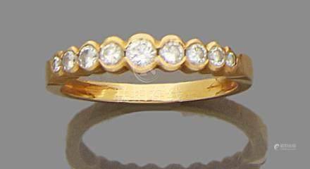 Bague en or jaune 750 millièmes, ornée d'une ligne de neuf diamants ronds de taille brillant