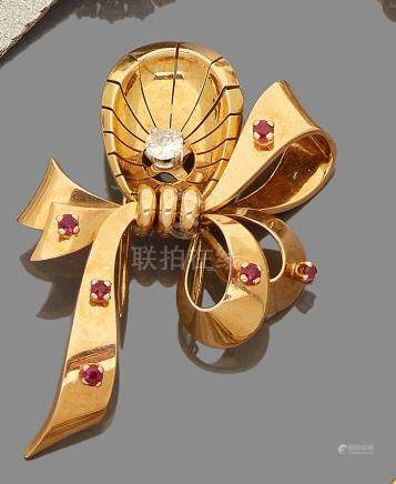 Broche nœud en or jaune 18k ornées de petits rubis et au centre d'un diamant taille moderne