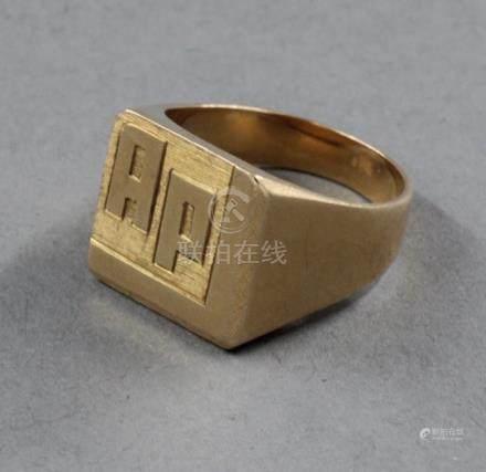 Chevalière en or jaune 18k chiffrée AP. TDD : 54, pds : 6,7 g.