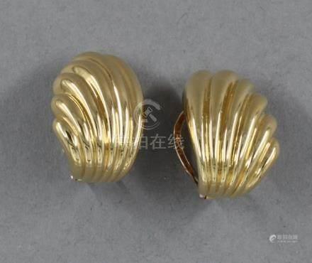 Paire de boucles d'oreille godronnée en or jaune 18k, pds : 4,5 g.