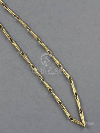 Collier en or jaune 18k à maillons bâtonnets. L : 41 cm., pds : 23,5 g.