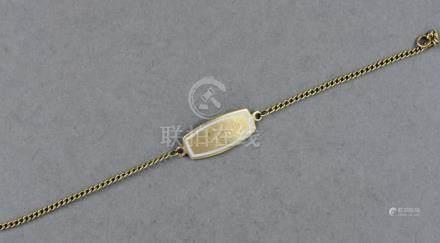 Gourmette en or jaune 18k et émail blanc gravée Fernande, pds brut : 2,6 g.