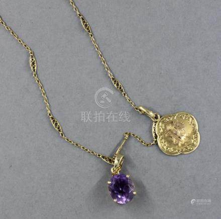 Chaine de cou en or jaune 18k ornée de deux pendentifs l'un chiffré et l'autre serti d'une a