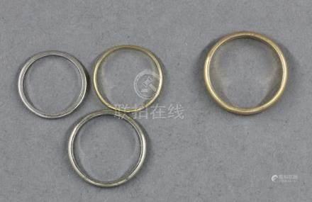 Trois alliances et un anneau en or 18k. TDD :48-51-55-59, pds : 1,3-1-2-4 g.