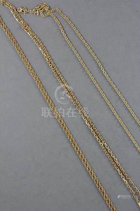 Trois chaines de cou en or jaune 18k L : 65-45-56 cm., pds : 13,7-8,7-7,6 g. Pds TOTAL : 30