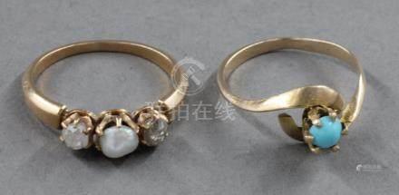 Deux bagues en or jaune 18k, l'une sertie d'une perle baroque et deux roses (TDD : 55, pds b