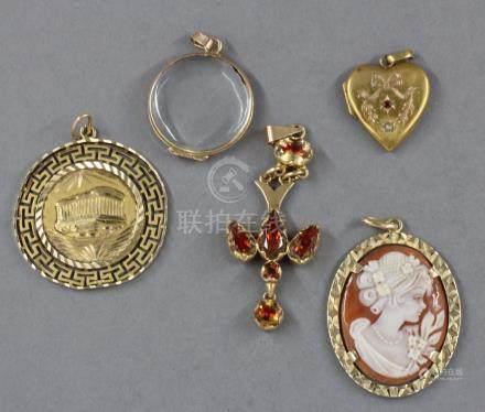Lot de cinq pendentifs en or jaune 18k : - un cœur orné d'une pierre rouge et perle, pds bru