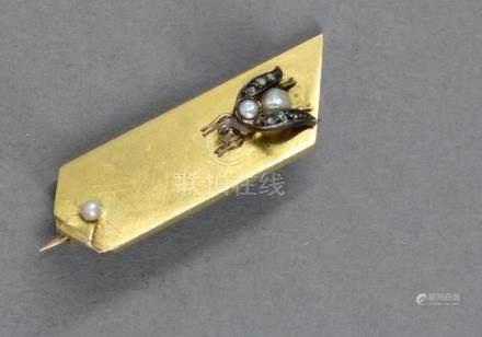 Broche en or jaune et gris 18k, perles et brillants à décor d'une abeille, pds brut : 3,9 g.